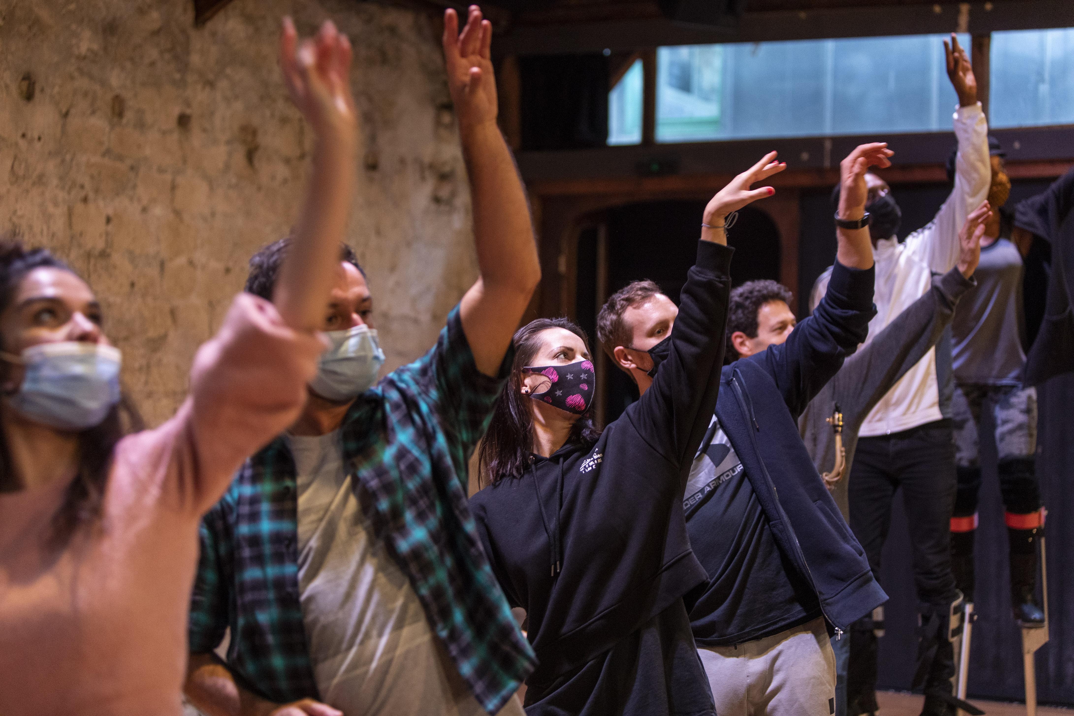 Répétition de la parade dansée et musicale -Studio  Regard du Cygne à Paris.