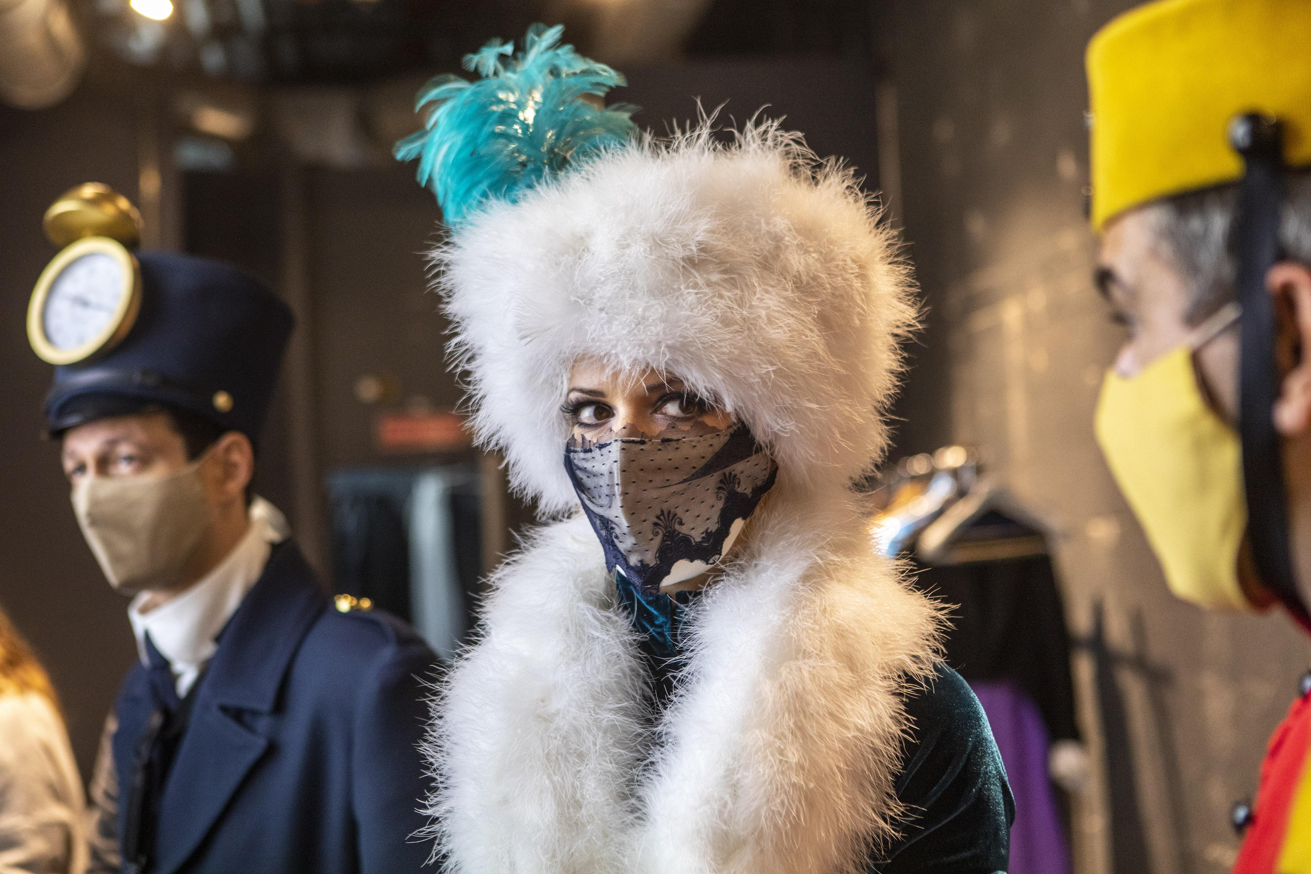Parade de Noël - CRÉATION AURORE STAUDER- Les voyageurs du Christmas express- Réalisation costumes: Jef Castaing